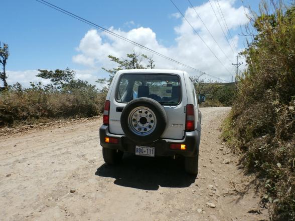 Een huurauto is een perfect vervoersmiddel in Costa Rica. Huur dan wel een voertuig met vierwielaandrijving, bijvoorbeeld een jeep. Dit komt op de vele hobbelige wegen goed van pas!