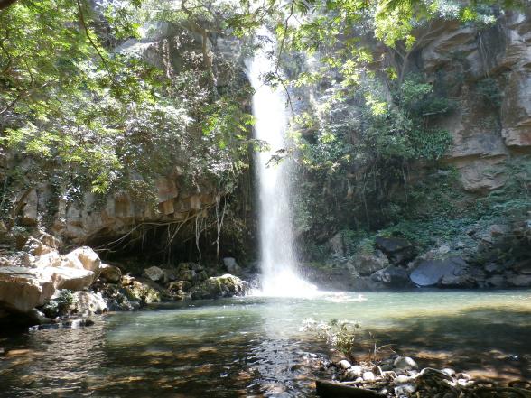 Na vijf kilometer klimmen en klauteren over rotsen en zandpaadjes, is de waterval La Cangreja een welkom gezicht!
