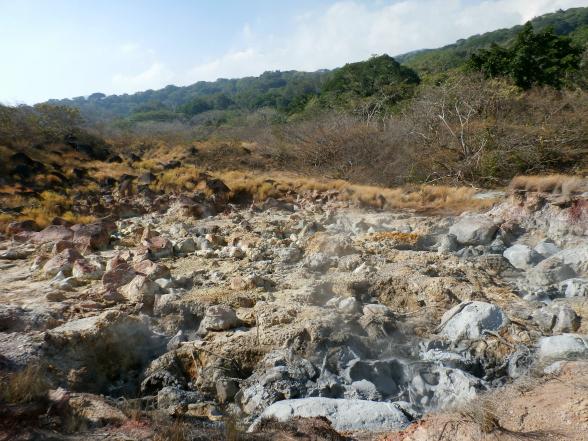 In het nationaal park Rincon de la Vieja ligt een actieve vulkaan, en dat is goed te merken! Je vindt er zwavelmeertjes, heetwaterbronnen en kokende modderpoelen.