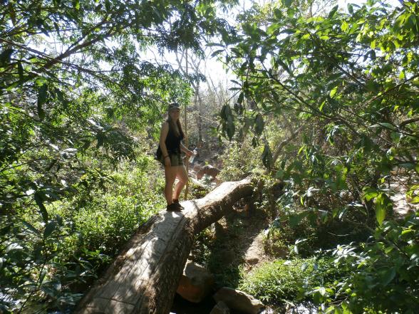 Als je van avontuurlijk wandelen houdt, moet je zeker naar nationaal park Rincon de la Vieja. Hier vind je geen aangelegde paden. Bordjes staan er alleen waar je ze nodig hebt. Daardoor heb je het gevoel nog iets te ontdekken.