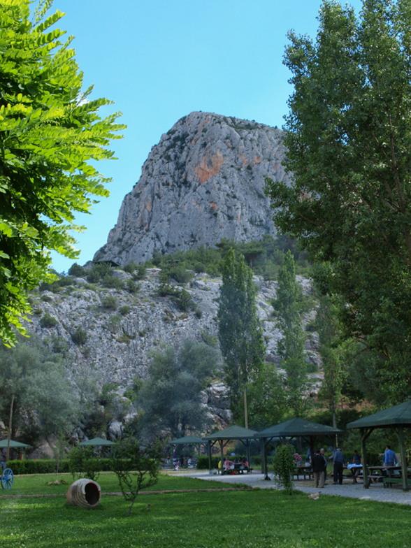 Overal in Turkije vindt men spectaculaire opgravingen en monumenten uit verschillende perioden van de geschiedenis. Trojaans, Assyrians, Hittieten, Frygiers, Lydiers, Antieke Grieken, Romeinen, Byzantijnen, Seldsjoek Turken, Osmaanse Turken, allemaal lieten ze hier hun sporen achter. Dankzij een rijk historisch verleden bezit Turkije een schat aan historische bezienswaardigheden en ruïnes, het resultaat van dertien opeenvolgende beschavingen