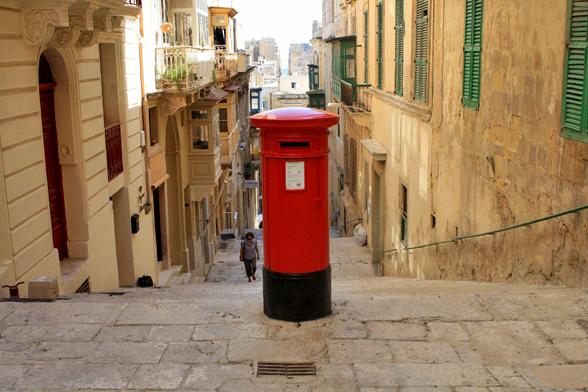 Brievenbus op een willekeurige plek in Valletta, Malta