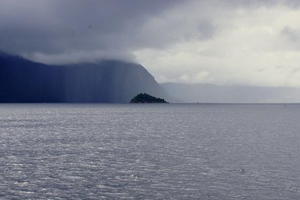 Op de Noorse fjorden kan het weer wisselvallig zijn, met dramatische vergezichten als gevold.