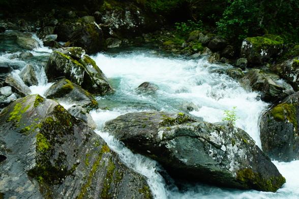 Sommige van die watervallen zijn te bereiken door paden en treden, waardoor je een apart zicht krijgt op het bulderende water.