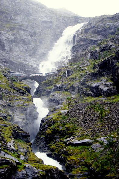 Door de felle hoogteverschillen rond de fjorden, worden de doorgaans zoute wateren door zoet water gevoed door watervallen zoals deze.