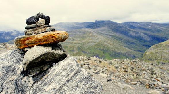 Overal in de fjorden vind je deze 'stenenmannen'. Ze betekenen zoveel als 'ik was hier', hoewel er ook beweerd wordt dat deze stenenmannen gebouwd worden om in de diepe sneeuw de weg nog te kunnen zien.