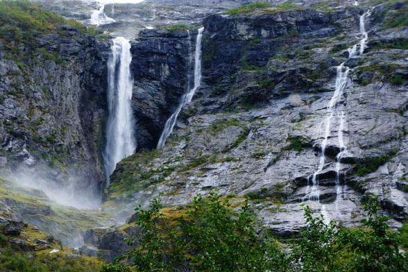 In de zomer zijn de watervallen groter en breder door de smeltende sneeuw. Het geraas is oorverdovend