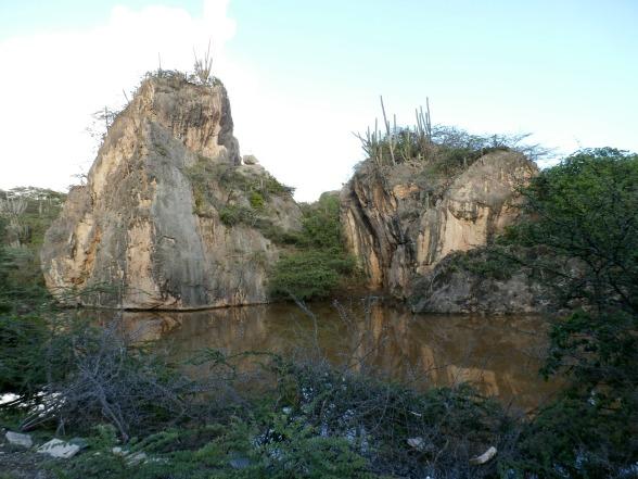Rotspartijen langs het Spaanse Water op Curacao
