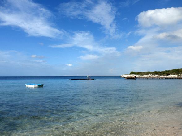 Het strand van Piscadera op Curaçao