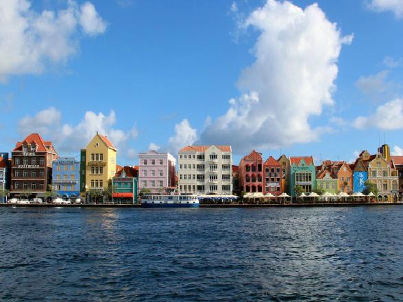 De Handelskade in Willemstad op Curacao