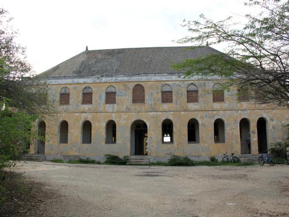 Het quarantainegebouw is een mooi, oud gebouw op het schiereiland van de Caracasbaai