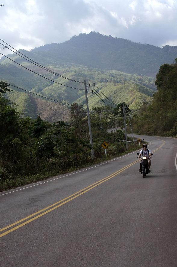 Alleen maar hoge bergen, diepe dalen en het gebrom van je eigen scooter