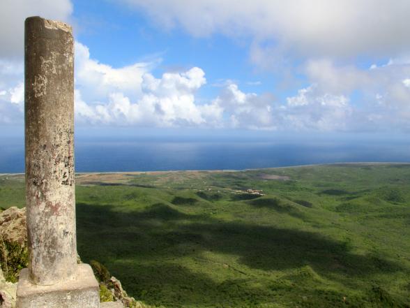 Het uitzicht vanaf de Christoffelberg, de hoogste berg van Curaçao, is de klim naar boven zeker waard. Het paaltje geeft de hoogte van de top aan: maar liefst 375 meter.