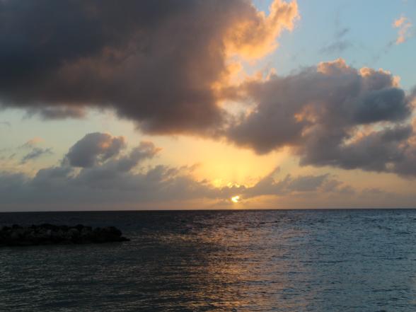 Vanaf het strand langs de Jan Thiel Baai kun je prachtig de zon onder zien gaan.