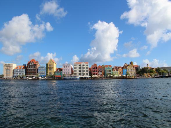 Zelfs als je nooit op Curaçao bent geweest, is de kans groot dat het beeld van de kleurrijke Handelskade in Willemstad je bekend voorkomt. Het is één van de meest gefotografeerde plekken van het eiland.