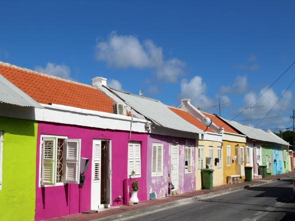 De gebouwen in de hoofdstad Willemstad hebben werkelijk alle kleuren van de regenboog.