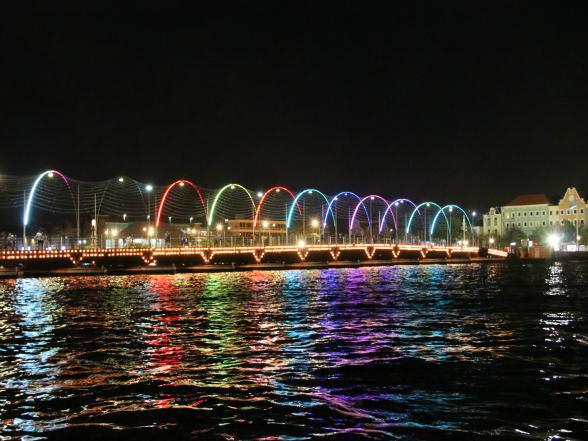 De pontjesbrug in Willemstad, de enige drijvende houten draaibrug ter wereld, wordt 's nachts mooi verlicht.