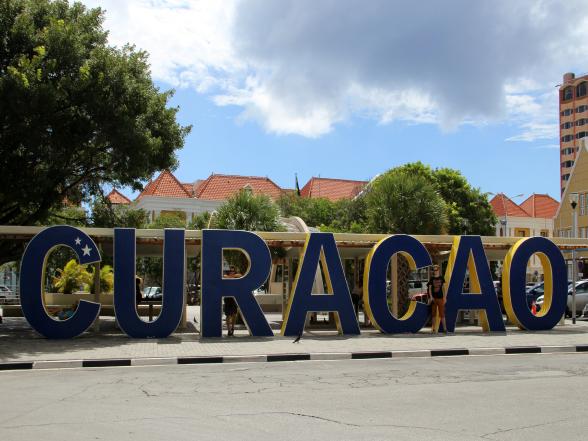 De bekende 'Curaçao'-letters vind je in de wijk Punda in de hoofdstad Willemstad.