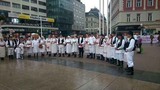 Traditionele kledendracht, zang en dans op de zaterdagochtend