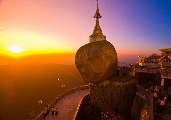 De Gouden Rots bevindt zich in Kyaikto in de Myanmarese staat Mon