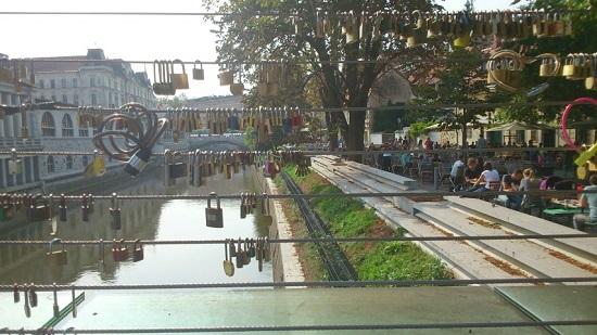 In navolging van de Pont des Arts in Parijs, heeft tegenwoordig bijna iedere stad zijn eigen liefdesbrug.