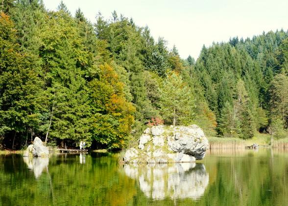 De legende zegt dat twee geliefden in dit water verdronken en versteenden als de twee stenen eilandjes die je ziet oprijzen