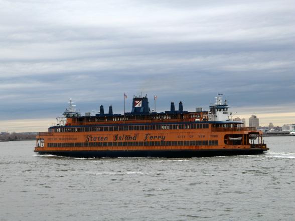 De Staten Island Ferry vaart gratis van Manhattan naar Staten Island en biedt onderweg een mooi uitzicht op het Vrijheidsbeeld!