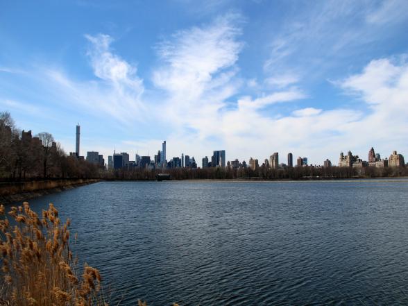 Het Jacqueline Onassis reservoir omvat één achtste van de totale oppervlakte van Central Park. Vanaf hier heb je een geweldig uitzicht op de hoge gebouwen in Manhattan. Het is een populaire plek om hard te lopen (het rondje is ongeveer 2,5 km lang)