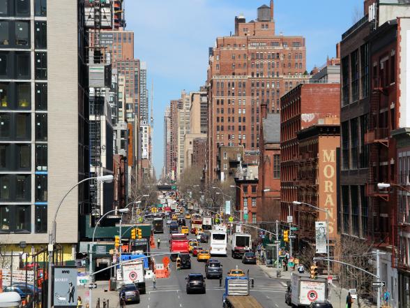 Het straatbeeld van New York zit vol met indrukken, geuren en geluiden. Van de bekende gele taxi's die zich een weg door het verkeer toeteren tot kraampjes met kranten, souvenirs, bagels, ijs en andere lekkernijen.