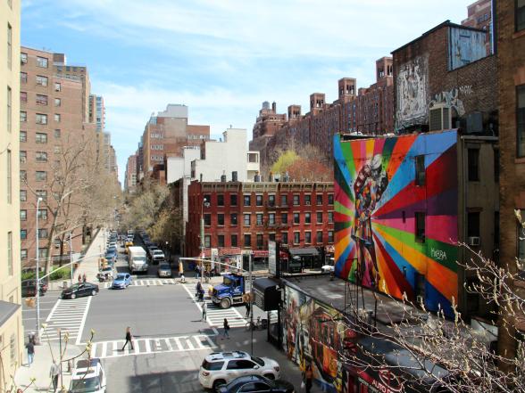 Een straat in de wijk Chelsea, gezien vanaf The High Line. Deze voormalige spoorlijn is omgebouwd tot een stadspark en zeker een aanrader, omdat je steeds weer nieuwe uitzichten over de straten krijgt