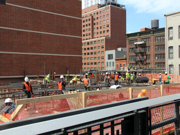 New York is continu in aanbouw. Op de foto is een bouwploeg bezig met de fundering van een nieuwe wolkenkrabber