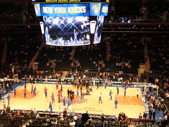 Het bijwonen van een sportwedstrijd is in Amerika een hele ervaring, niet alleen door de sporters zelf maar ook door het entertainment vooraf en tijdens de pauzes. De basketbalploeg New York Knicks speelt in de Madison Square Garden, een arena in het midden van Manhattan