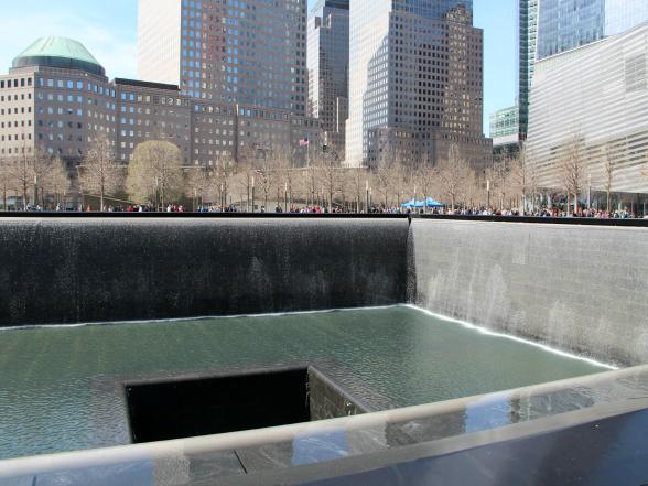 Het 9/11 Memorial bestaat uit twee gigantische fonteinen op de plaats van de voormalige Twin Towers. In de randen van de fonteinen staan de namen van alle slachtoffers gegraveerd. Het is ontzettend indrukwekkend om te zien