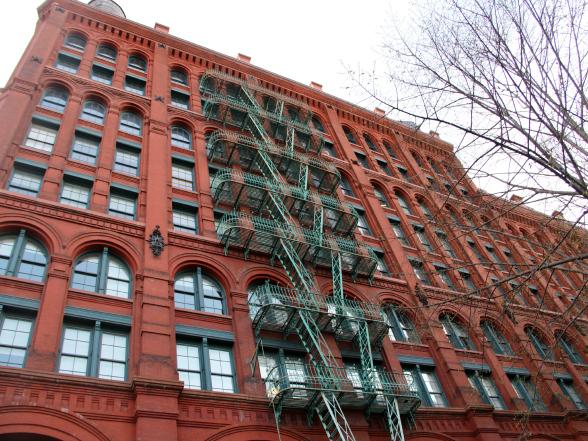 New York zit vol prachtige gebouwen, vaak gepaard met de kenmerkende brandtrappen aan de buitenkant, zoals hier in de wijk SoHo
