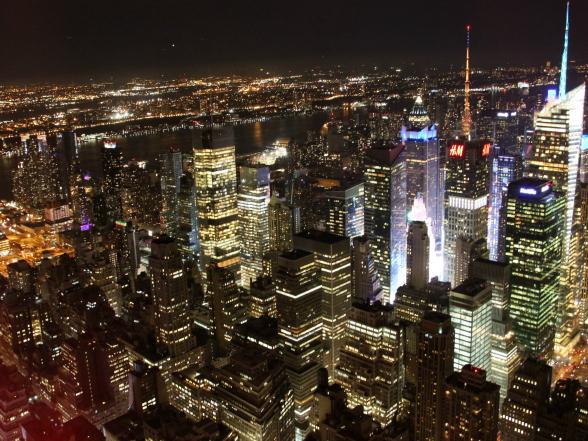 'New York by night' is iets wat je tijdens je stedentrip minimaal één keer gezien moet hebben. In het donker flonkeren duizenden lichtjes je tegemoet, zoals hier vanaf Top of the Rock