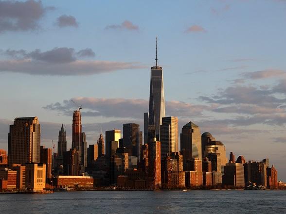 De skyline van New York is bij zonsondergang op zijn best. De wolkenkrabbers krijgen door het licht van de ondergaande zon een bronzen/gouden gloed