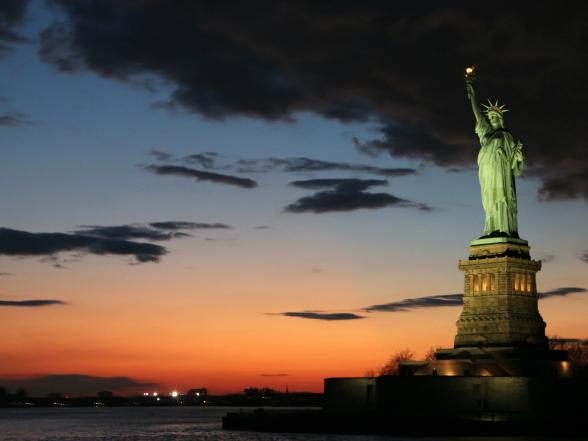 Het Statue of Liberty kijkt trots uit over de New York Bay. Het beeld staat voor de vrijheid, een van de kernwaarden van de Verenigde staten