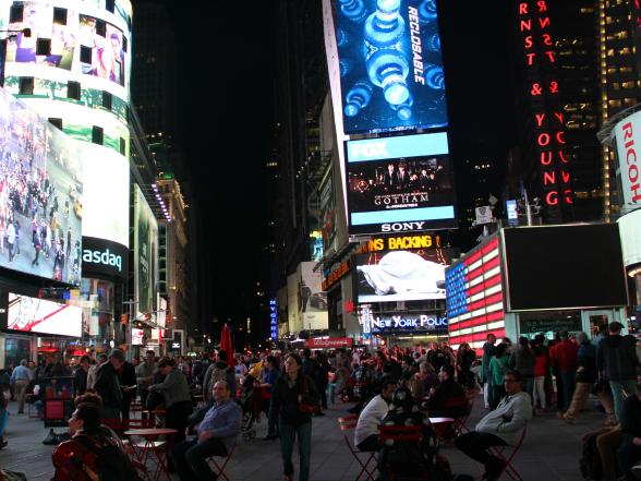 Times Square is 's nachts nog veel indrukwekkender dan overdag. Behalve de tafeltjes met stoelen is er ook een tribune waar je op plaats kunt nemen om alles rustig te bekijken