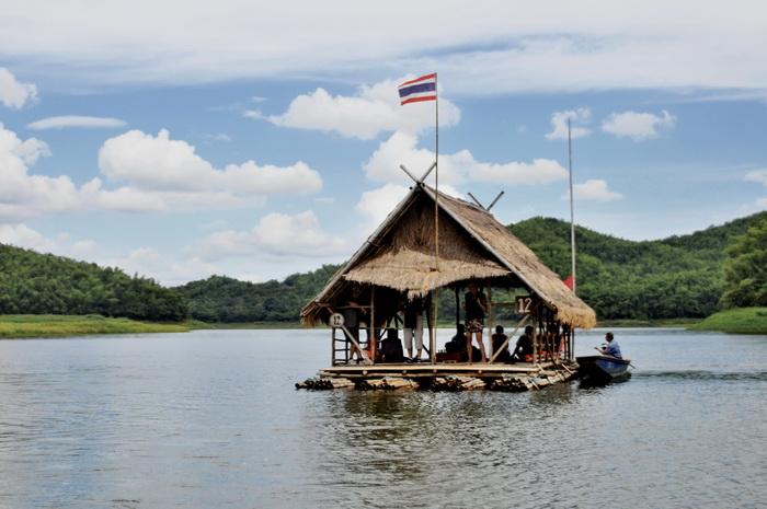 Huisjesraft op het Huay Krating Mountain Lake