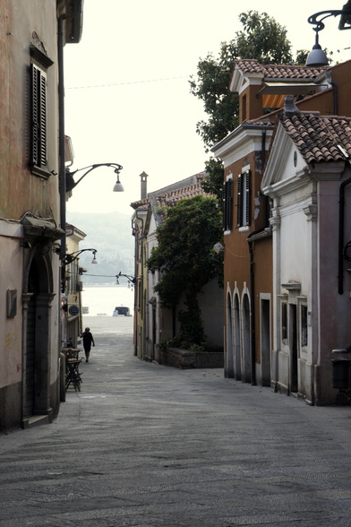In kleine steden bij de kust, zoals Koper, struin je door frisse straten en over gezellige pleintjes.