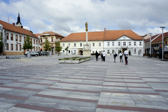 Het plein van het stadje Ljutomer ademt een aparte sfeer uit. Een sfeer die je meer voelt en ziet in Slovenië. Een bewijs van het eigen karakter.