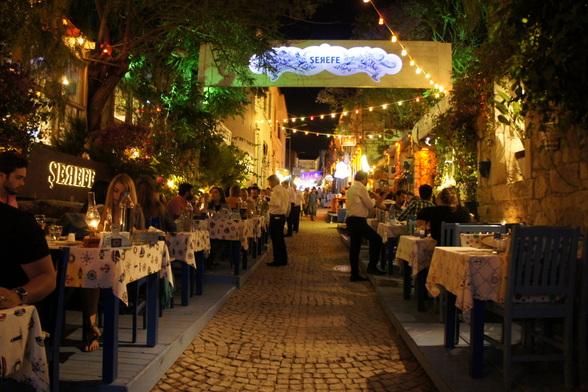In dit restaurant, dat zijn tafels gezellig op straat zet, eet je de beste gegrilde vis.