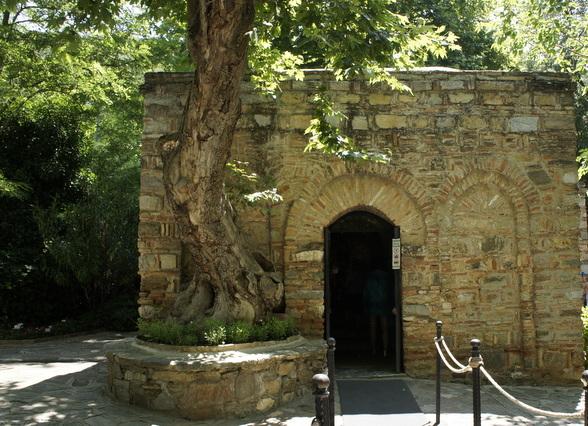 Boven de fundamenten van huis van de maag Maria staat nu een kleine kerk.