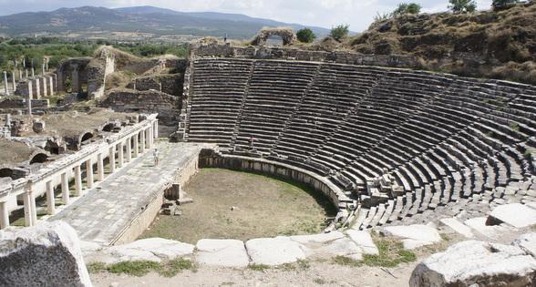 Naast dit prachtige theater heeft Afrodisias een redelijk intacte arena, een tempel en vele andere, minder goed bewaarde huizen en winkels.