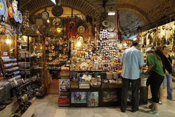 De overdekte markt van Izmir: hier krijgt 'snuisteren' een heel andere betekenis.