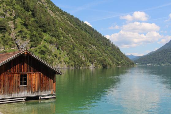 Een blik op de Achensee bij zomerdag