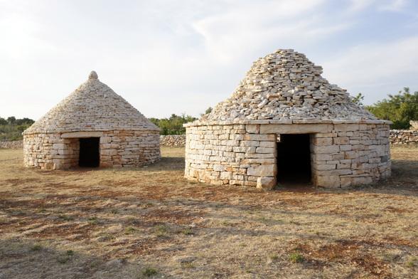 Deze hutjes werden vroeger gebouwd van de stenen die uit een omgeploegd veld kwamen. Ze werden gebruikt door boeren en herders.