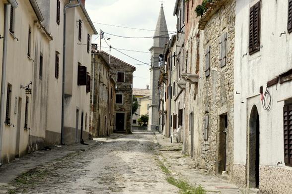 Draguc is een klein dorp met amper 40 inwoners, dat desondanks erg bekend is door de verschillende films die er werden opgenomen.
