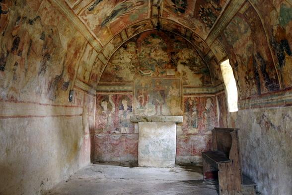 Verschillende eeuwenoude kerken, zoals deze in Draguc, dragen nog prachtige fresco's.