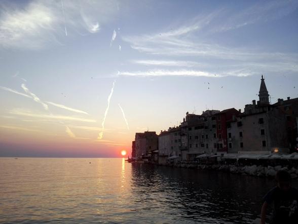 Tegen zonsondergang verzamelt iedereen zich op de pier van Rovinj. Gewoon, om te kijken naar de zonnepracht. Heerlijk, toch?